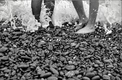 Pés preto e branco na praia Fotografia de Stock Royalty Free