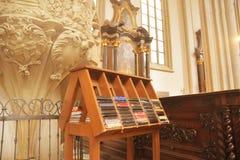 Psalmböcker för böner i kyrka Biblarna och psalmböckerna arkivbild