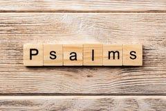 Psalmy formułują piszą na drewnianym bloku psalmu tekst na stole, pojęcie obrazy royalty free