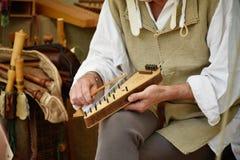 Psaltery som spelas Arkivfoton