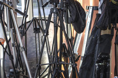 Påsar och olika tripoder för kameror och reflektor Arkivbild
