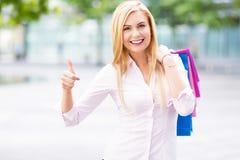 påsar som shoppar kvinnan Royaltyfria Foton