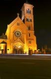 Pseudo-gotische Kirche nachts lizenzfreie stockbilder