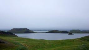 Pseudocraters de Myvatn do lago na névoa imagens de stock