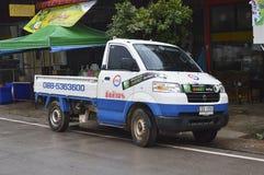 Psi anteny satelitarnej firmy usługa i dostawy furgonetka obraz royalty free
