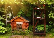 Psi drewniany gouse w formalnym lato ogródzie Zdjęcie Stock