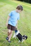 psi dziecka odprowadzenie Obrazy Stock
