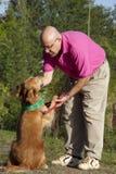 psi i mężczyzna przyjaciele Zdjęcie Stock