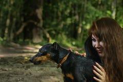 Psi myśliwy w rękach młoda czarownica w drewnach obraz royalty free