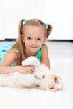 psia dziewczyna jej mały bawić się Zdjęcia Royalty Free
