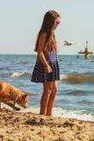 psia dziewczyno jej grać Zdjęcia Stock