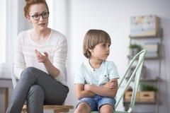 Psicólogo con el niño enojado foto de archivo