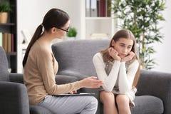 Psicólogo de sexo femenino joven que trabaja con la muchacha del adolescente en oficina Fotos de archivo