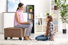 Psicólogo de sexo femenino joven que trabaja con la muchacha del adolescente en oficina Foto de archivo