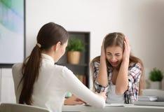 Psicólogo de sexo femenino joven que trabaja con la muchacha del adolescente en oficina Fotos de archivo libres de regalías