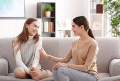 Psicólogo de sexo femenino joven que trabaja con la muchacha del adolescente en oficina Imagen de archivo libre de regalías
