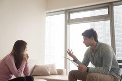 Psicólogo de sexo masculino profesional que habla con la mujer gritadora del trastorno, picosegundo Imagenes de archivo