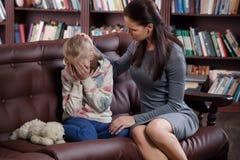 Psicólogo del niño con una niña fotos de archivo