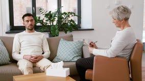Psicólogo mayor de la mujer y paciente triste del hombre metrajes