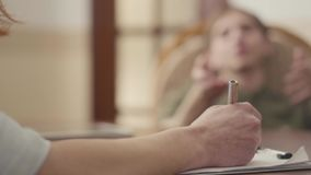 Psicólogo não reconhecido que tem a sessão com seu paciente O indivíduo compartilha de seus problemas e medos Sa?de mental video estoque