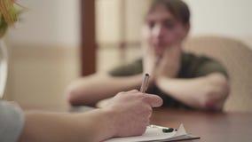 Psicólogo não reconhecido que tem a sessão com seu paciente Sa?de mental video estoque