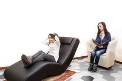 Psicólogo pediátrico que hace análisis psicológico a una ji imagen de archivo