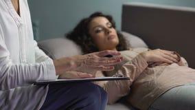 Psicólogo profissional que dá o conselho ao paciente da virada na sessão de terapia video estoque
