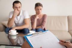 Psicólogo que comienza la sesión de terapia con los pares infelices, famil foto de archivo