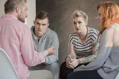 Psicólogo que habla con los adolescentes Foto de archivo libre de regalías