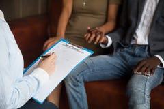 Psicólogo que llena la consulta del formulario de la información del paciente médico fotos de archivo libres de regalías