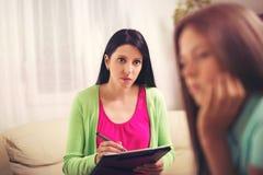 Psicólogo que trata al adolescente de la depresión Imagen de archivo libre de regalías