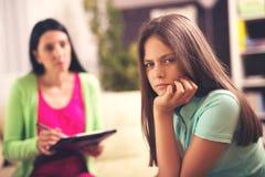 Psicólogo que trata al adolescente de la depresión Imágenes de archivo libres de regalías
