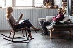 Psicólogo que veste as sapatas alto-colocadas saltos que falam a seu cliente constante foto de stock royalty free