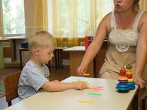 Psicólogo y un niño con Síndrome de Down Imagen de archivo libre de regalías