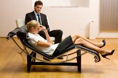 Psichiatra che esamina un paziente femminile Fotografia Stock