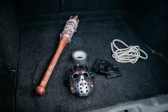 Psico strumenti dell'uomo nel tronco di automobile aperto, maniaco Fotografia Stock