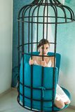 psicología mujer bonita en jaula de hierro esclavo de la moda en el cautiverio de la belleza diseño moderno de los muebles y como imagen de archivo libre de regalías