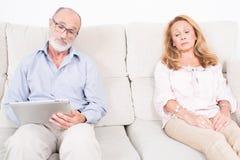 Psicologo che ascolta la donna anziana Fotografia Stock Libera da Diritti
