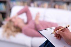 Psicologo che ha sessione con il suo paziente, Fotografie Stock