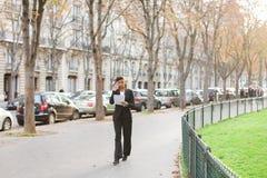 Psicologo dell'agenzia di matrimonio che parla sullo smartphone in parco immagine stock