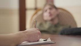 Psicologo non riconosciuto che ha sessione con il suo paziente Il tipo divide i suoi problemi e timori Salute mentale video d archivio