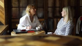 Psicoterapeuta di riunione della donna in un caffè archivi video