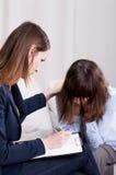 Psicoterapeuta joven que escucha en foco Imagen de archivo