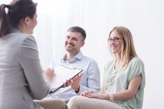 Psicoterapeuta que completa cuestionario en la sesión de la psicoterapia fotos de archivo libres de regalías