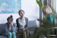 Psicoterapeuta que habla con la madre Foto de archivo