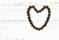 Psiego jedzenia serce na rocznika drewnianym stole Obraz Royalty Free