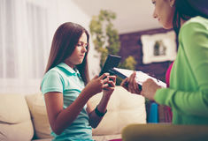 Psiquiatra que diagnostica al adolescente con el apego de Internet Foto de archivo libre de regalías