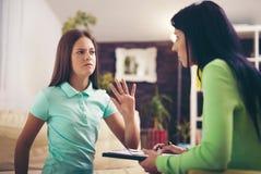 Psiquiatra que diagnostica al adolescente con problema mental Fotografía de archivo libre de regalías