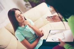 Psiquiatra que diagnostica al adolescente con problema mental Foto de archivo libre de regalías