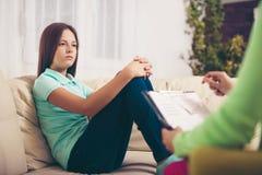 Psiquiatra que diagnostica al adolescente con problema mental Imagenes de archivo